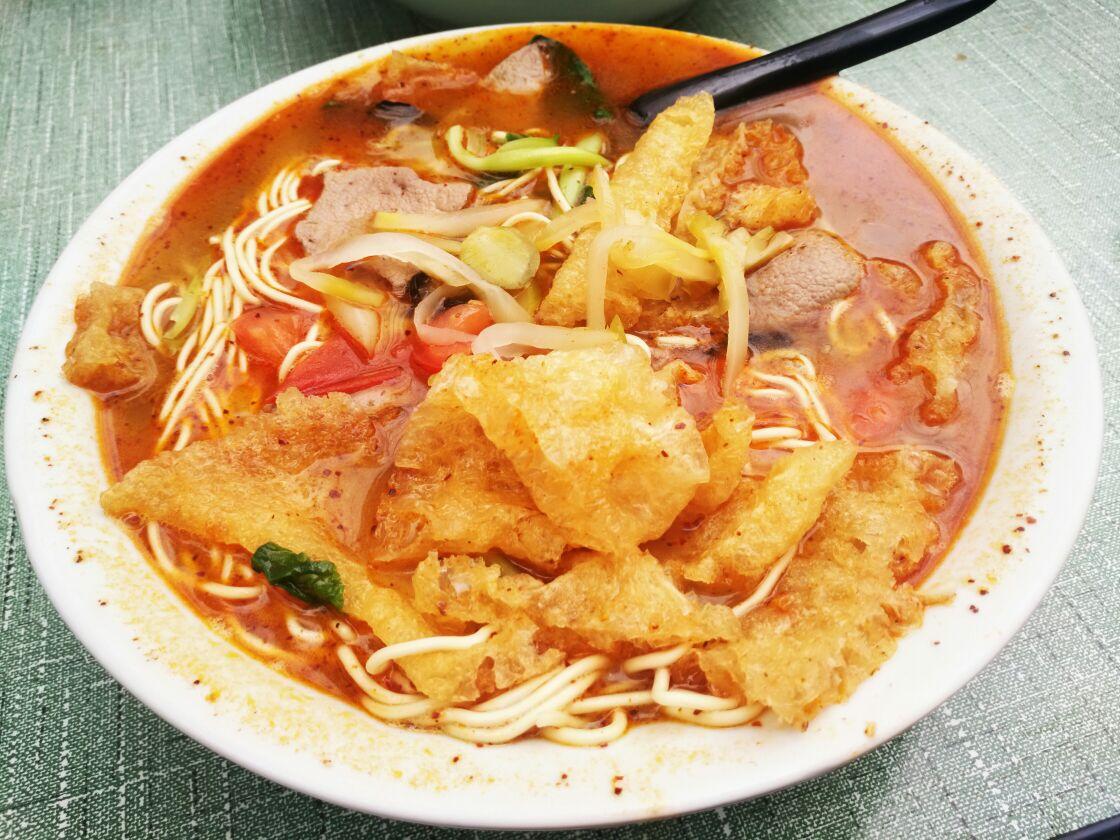 张府园大碗面是南京有名的面馆,也是一家著名的老店。他们家人气很高,在南京有多家分店,都处于闹市区、居民区,观景一般般,大多喜欢露天。这家店位于长虹路上,与鼎鼎有名的地雷面馆相邻。他们家的面比较筋道,碗特别大,一般人都吃不完。里面食材很丰富,西红柿、香菇、木耳、青菜等是标配,另外,肉丝、香肠、肉丸、皮肚、牛肉、大排等都可以添加。吃他们家的面,一定要来点儿辣油,那红色的汤底别提有多诱人了。他们家人气很高,经常要摇号排队。