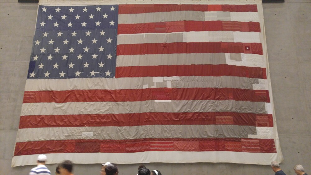 今年7月11日,不但参观了归零地(911世贸中心遗址),最深刻是参观了911纪念园,归零地只是遗址目前的外观,纪念园内部展示的是最震撼人心的一切。进入纪念园需先行安检,然后坐长长的手扶电梯到达博物馆,一副大大的双子大厦的照片是双在被撞击当天的早上8:30所拍摄,半小时后,双子大厦被撞先后倒塌。估计参观这个911纪念园的中国游客不多,大部分中国游客只是在归零地看看外观罢了假如你认真参观了整个纪念园,你就会明白和理解美国人对拉登的仇恨,以至要想方设法把他击毙!