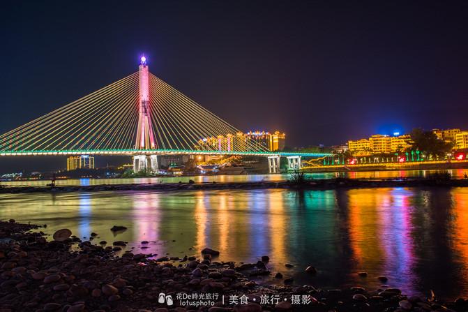 版纳江边的夜,也是蛮美的,景洪一座黎明之城.