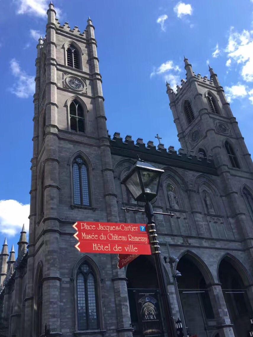 这座北美最大的诺特丹圣母大教堂建于1829年,它是蒙特利尔市的标志。这座新哥特式罗马天主教的宗教圣殿,其建筑风格与巴黎的圣母院可称为姐妹篇,但其实真正奇特壮观的是它内部金碧辉煌的装饰与众多的艺术收藏品。走近教堂,正面是三扇高耸的拱门,每个门上都有一个一座雕像,其中中间那一座是在群星环绕下的圣母雕像。