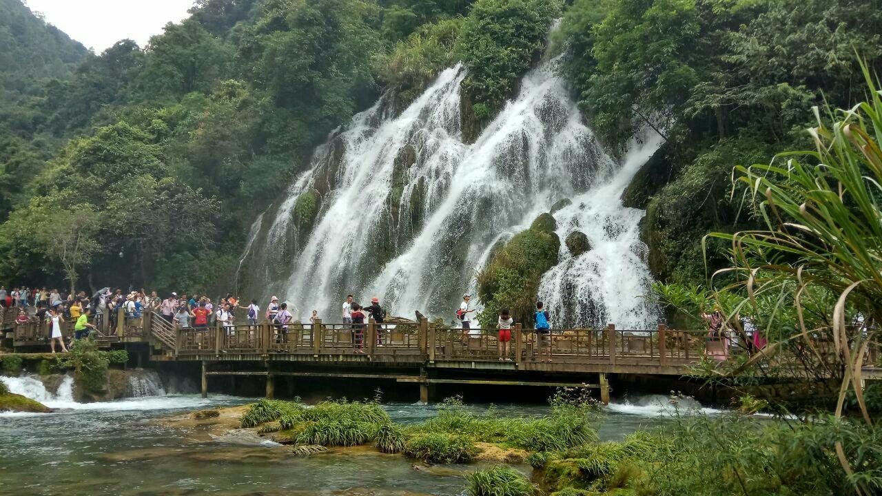 小七孔风景区位于黔南布依族苗族自治州荔波县206省道,是樟江风景
