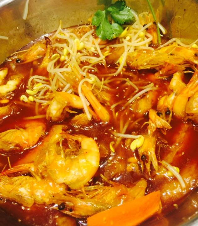 【缘起+地点】就在家对面小区的楼下,每次经过都想去品尝,这次和大哥还有妈妈去的。&nbsp。&nbsp。&nbsp。&nbsp。&nbsp。【麻辣排骨虾锅】微辣,中份,先上来一个大锅满满的虾和排骨,量很足,味道也很好,辣味的程度也刚好,排骨都是精选的小排,虾都是开边的,很好吃,吃完添水又变成了类似火锅,点的蔬菜牛肚等等放里面涮,佐料是自助的很全,最后赠的手撕面是最美味的了,劲道入味。&nbsp。&nbsp。&nbsp。&nbsp。&a