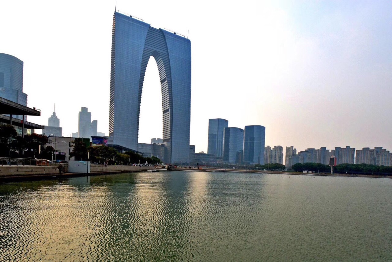 春天的金鸡湖景色宜人,大裤衩在夕阳下熠熠生辉!