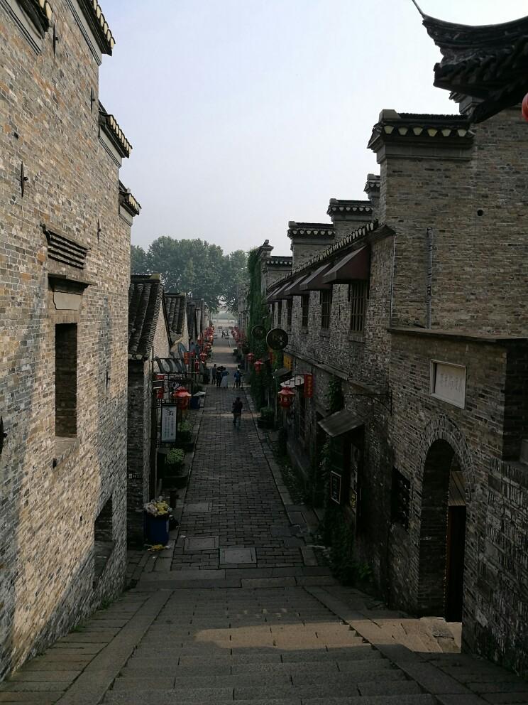 西津渡(英:Xinjinferry),国家AAAA级旅游景区,位于镇江城西的云台山麓,是依附于破山栈道而建的一处历史遗迹。西津渡古街是镇江文物古迹保存最多、最集中、最完好的地区,是镇江历史文化名城的文脉所在。这里共有文物保护单位12处,其中国家级文物西津渡保护单位3处,省级文物保护单位38处。 个人觉得是镇江最值得去的地方,古香古色又很文艺,还有很多小商铺会卖些当地小吃,特色产品。个人觉得西津渡的文艺气息已经盖过古风遗韵了,更多的是很小资的在午后暖阳中喝杯卡布基诺,度过悠闲的下午。西津渡只要上面要票,就看
