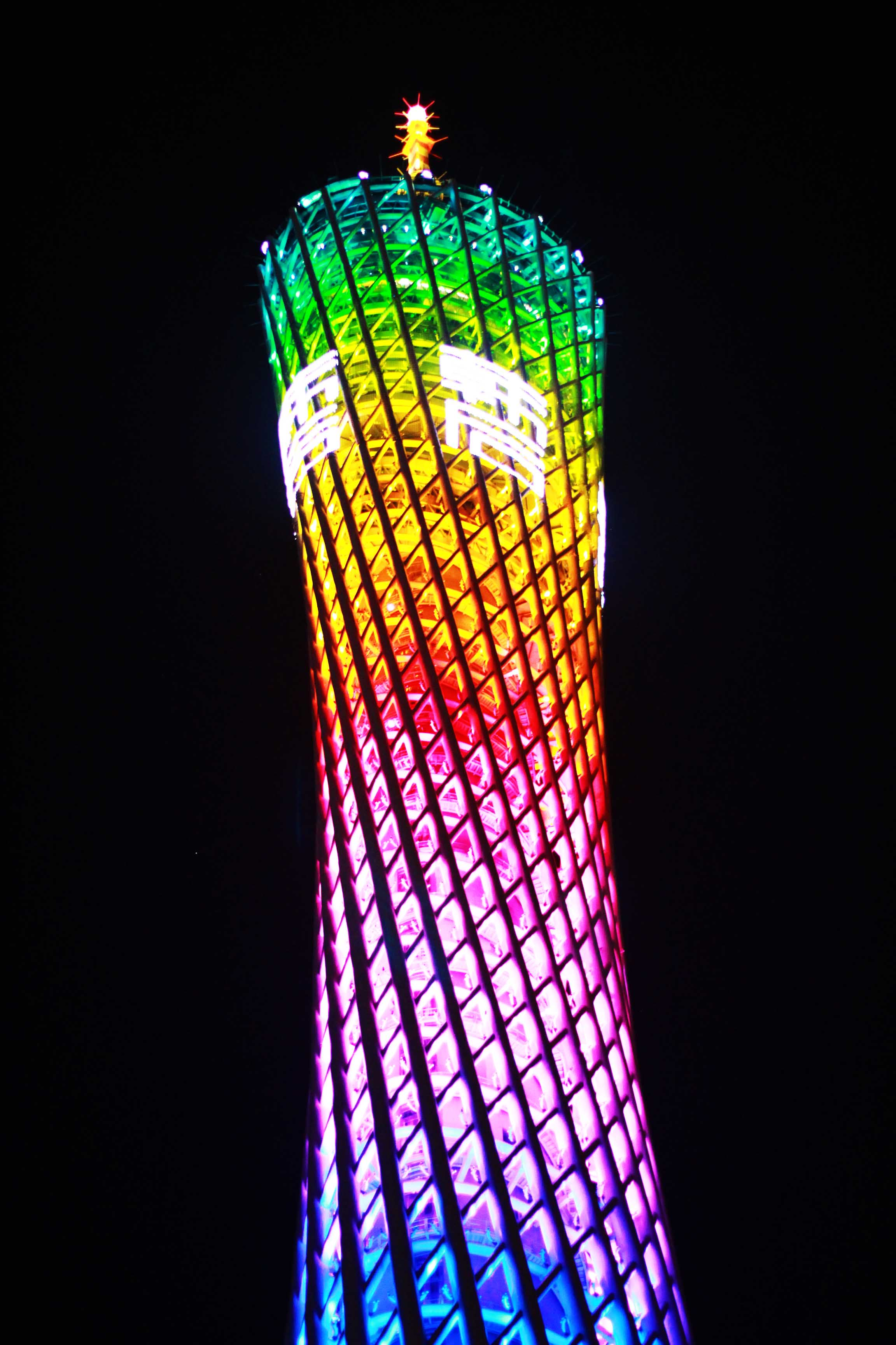 广州塔又称广州新电视塔,昵称小蛮腰,塔身主体450米(塔顶观光平台最高处454米),天线桅杆150米,总高度600米 。具有结构超高、造型奇特、形体复杂,用钢量最多的特点。它的外框筒由24根钢柱和46个钢椭圆环交叉构成,形成镂空、开放的独特美体,它仿佛在三维空间中扭转变换。作为目前世界上建筑物腰身最细(最小处直径只有30多米),施工难度最大的建筑,建设者们克服了前所未有的工程建筑难度,把一万多个倾斜并且大小规格全部不相同的钢构件,精确安装成挺拔高耸的建筑经典作品,并创造了一系列建筑上的世界之最