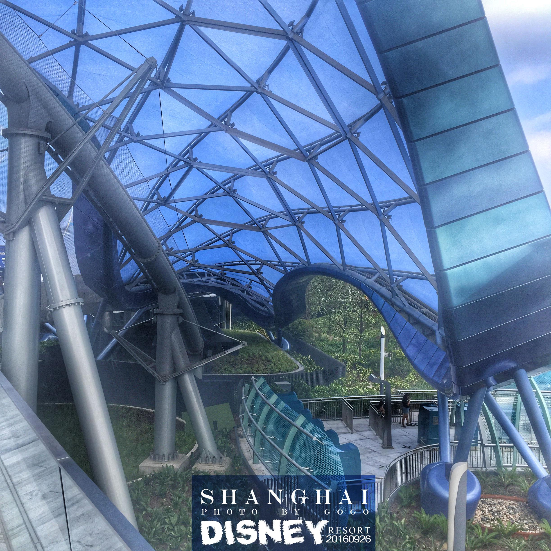 《创:战纪》中的未来世界,乘着两轮式极速光轮在壮丽穹顶下的轨道呼啸