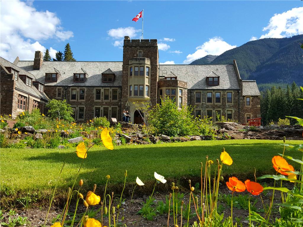 这是一个园林式花园,里面有一座建于中世纪的哥特式城堡建筑,园中有图片