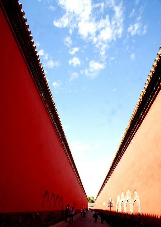 故宫里所有的门其实就是一个宫殿式的建筑,这个门叫太和门,门两旁蹲坐