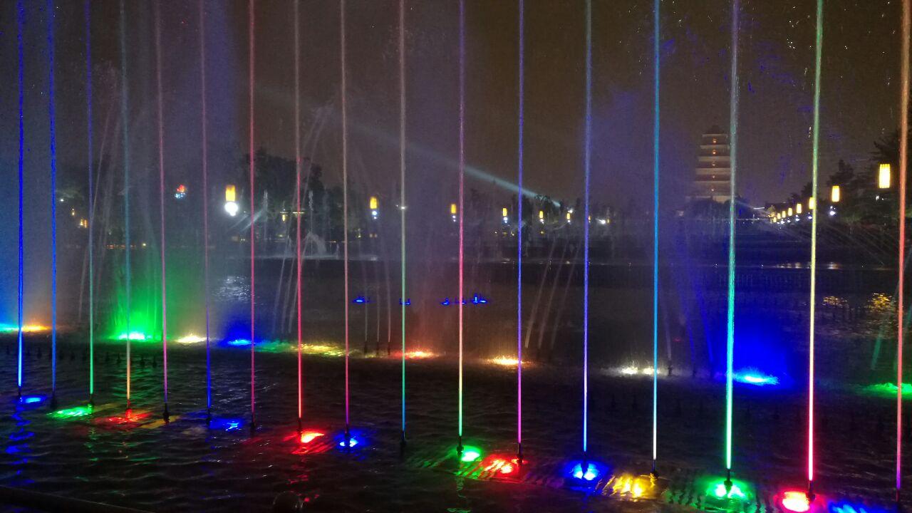 大雁塔为中心轴三等分,中央为主景水道,到了指定时间就会有音乐喷泉表