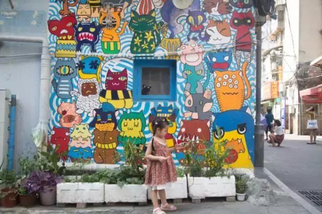 大到拱门,墙壁,小到电线杆,配电箱,都是五颜六色的猫咪涂鸦图片