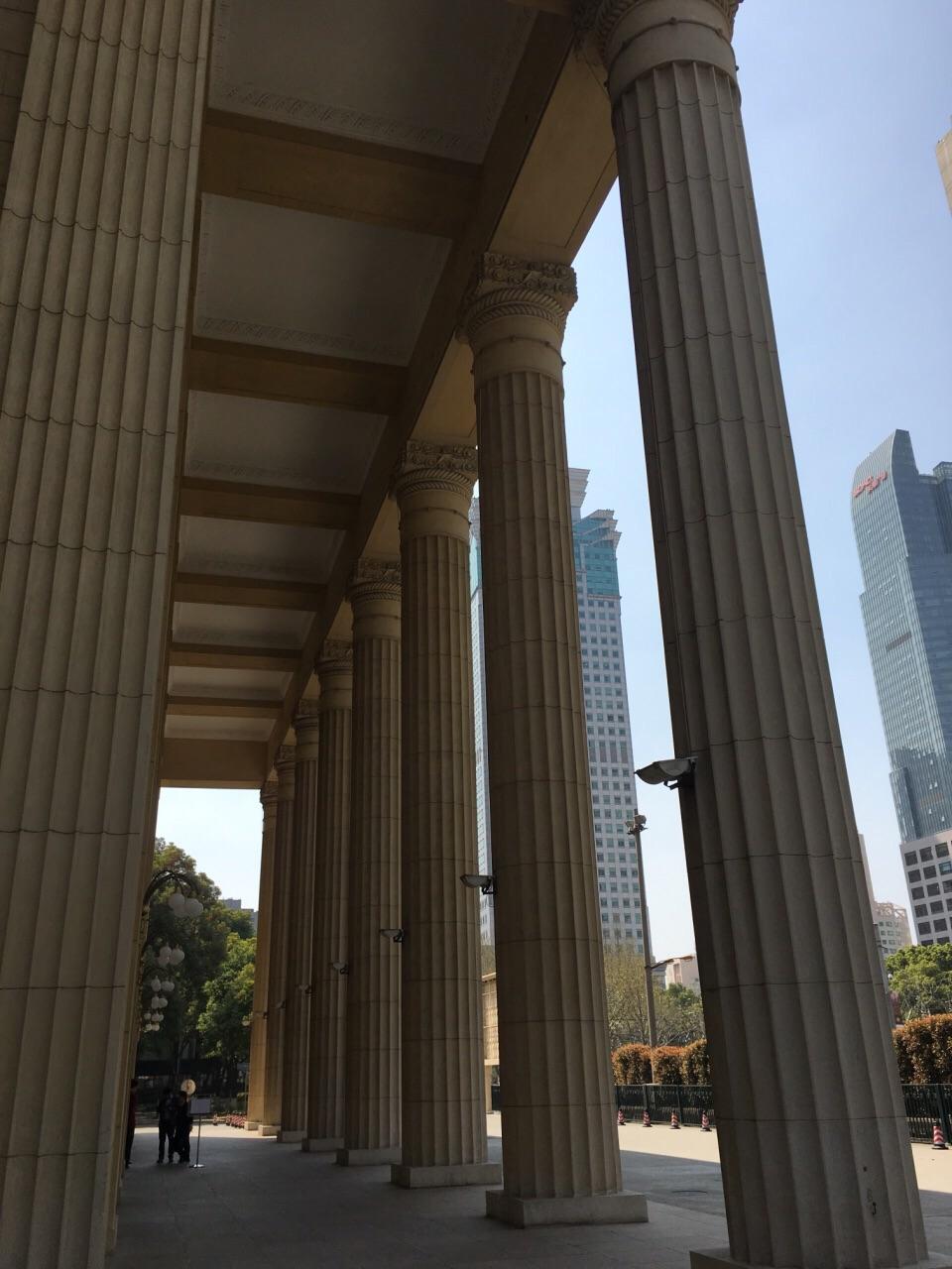 这个建筑最为突出的特点,就是外面有一排宏大的罗马柱,顶天立地非常的