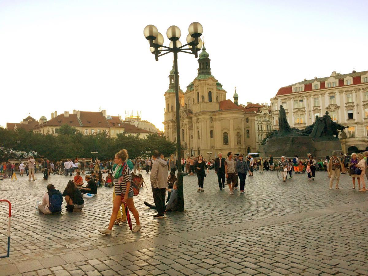 火药塔,天文钟,布拉格广场上席地而坐弹唱的外国