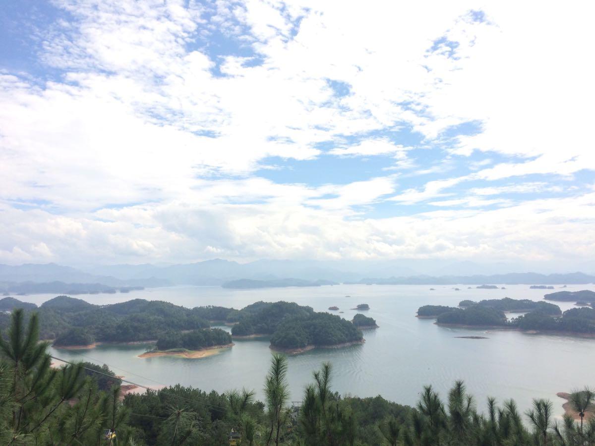 【点评】:千岛湖原名叫新安江水库,位于浙江淳安境内,是世界上岛屿最多的湖,也是很漂亮的一个小岛,先坐游船到上岛,然后再乘梅峰索道上观景台,在那里可以看到全景哦,去的时候一定要先一个好的天气。推荐先去第一天骑行千岛湖,关于千岛湖的自行车出租在千岛湖大桥旁有很多,下午可以在进贤湾水上乐园玩一玩水山设施,晚上观看千岛湖水之灵表演。然后第二天再上岛,坐缆车下山后可以去附近的龙山岛走走。第三天时间充足的话可以去淳安县芹川古村落那里住上一天,一般游客很难找到那里。关于更多千岛湖、芹川古村落的介绍可以看我的游记《假如给