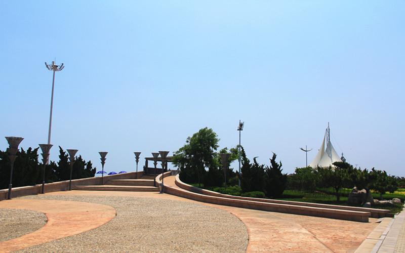 海阳万米海滩浴场就坐落在凤城旅游度假区内,位于市南10公里处.