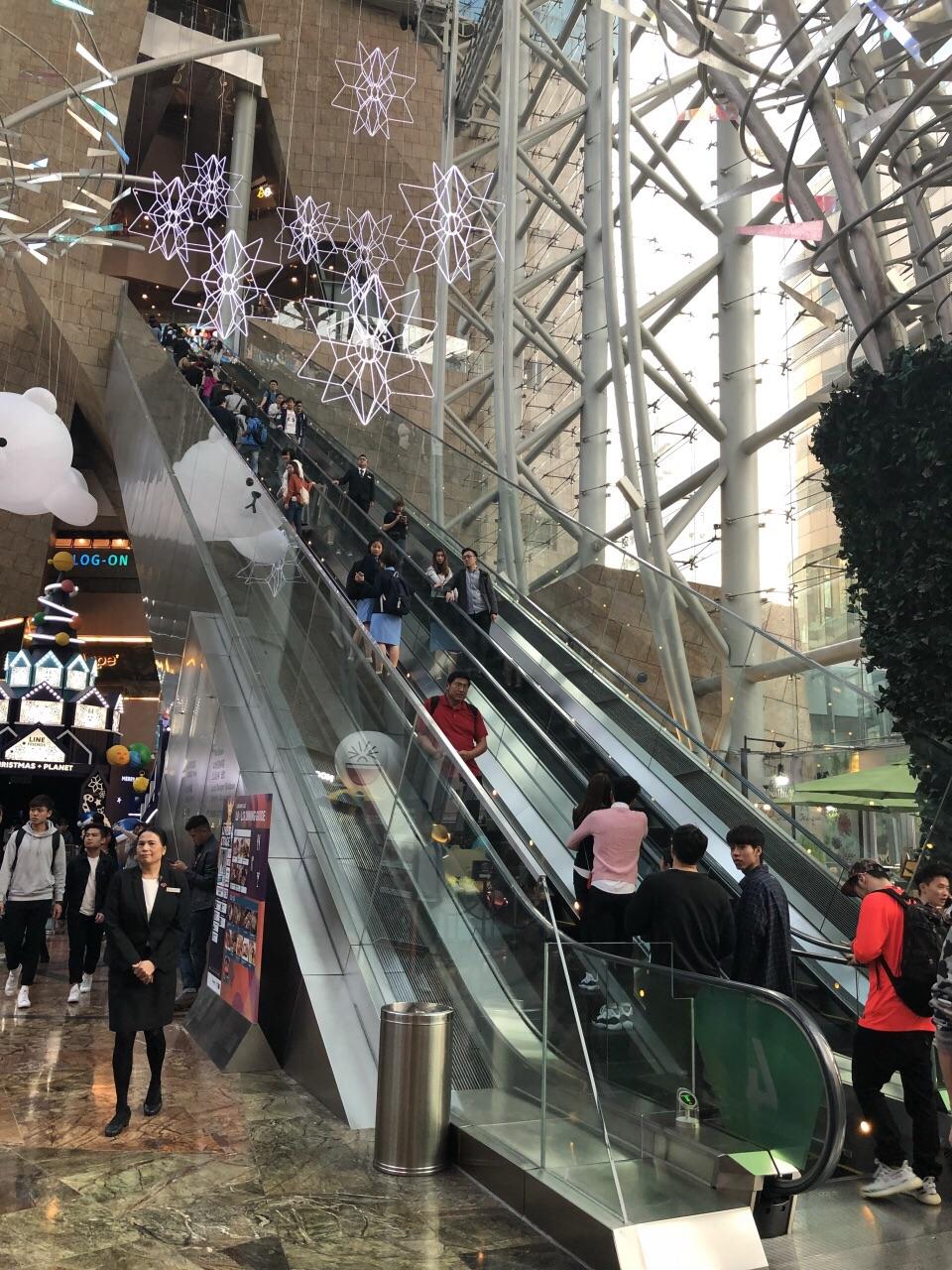 无论你朗豪坊等大型购物中心还是街边小店都以潮牌为主 2017-12-23有图片