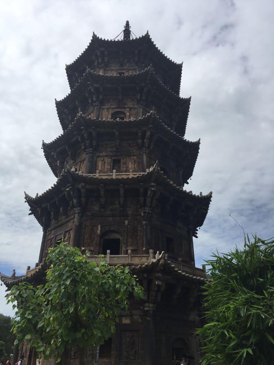 绕着塔走了一圈,只见塔门紧锁,不让人进入参观,塔的每层两旁都有武士、天王、金刚罗汉等浮雕,每个雕像神行兼备。据介绍双塔修建了十年之久才建好,因为当时的主持建塔的高僧都以质量为本,深明盖在城市中心的石塔是佛教信仰的根基。就这样经历了700多年的风雨侵袭,甚至是1604年的八级地震都无法撼动它的坚固,仍然屹立,它是泉州古城独特的标志和象征,也是中国古代石构建筑的魁宝,吸引着自宋至今的无数中外学者和游人前来游览和研究。
