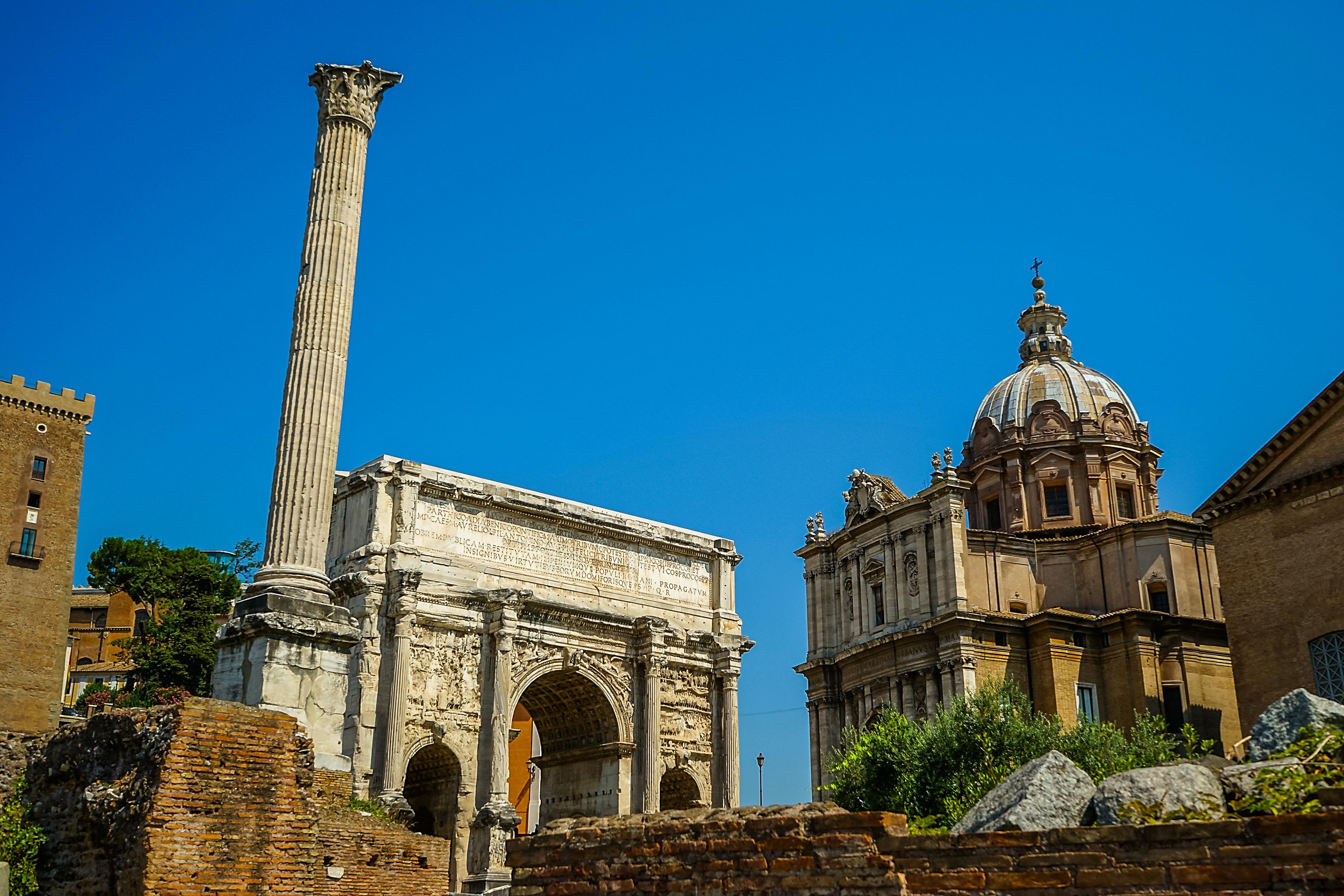 中世纪时,有几座古罗马时代建筑物被改成教堂.