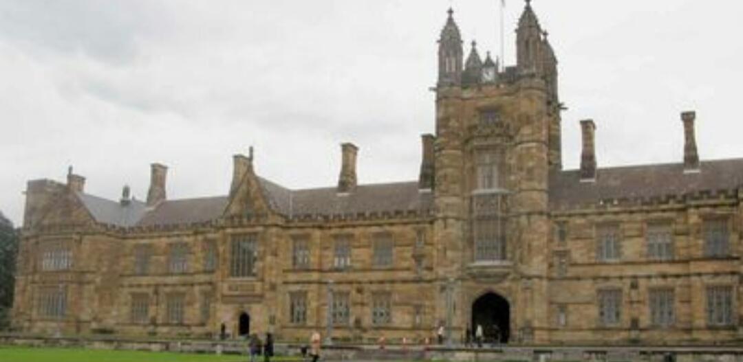 悉尼大学,位于悉尼市郊,是一座风景秀美的开放式现代学府,大学内部多