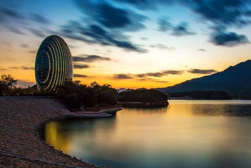 雁栖湖距离北京市?#34892;?#36710;程约70公里,湖水清澈蔚蓝,周围小山环抱,风景优美。如今的雁栖湖已被开发成为一个水上游乐园,来此游玩主要以体验水上娱乐为主,同时还可以欣赏自然风光,呼吸郊外的清新空气,非常惬意。 游玩建议 若把雁栖湖与其它较大的水上游乐园或漂亮的湖泊相比,无论是游乐项目还是风景都肯定要?#39134;?#19968;些。雁栖湖更像是一个大一点的公园,娱乐项目以划船、快艇、水上滑索和一般公园里都有的碰碰车、海盗船等为主,游玩2-3个小时即可。 公园景色也比较简单,一座大湖背靠几座小山而已,并无更多的景致,很多人专程从市区开车前