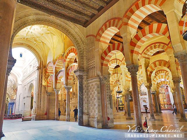 内部由850根玛瑙碧玉般的大理石圆柱装饰而成, 走入其中让人有进入