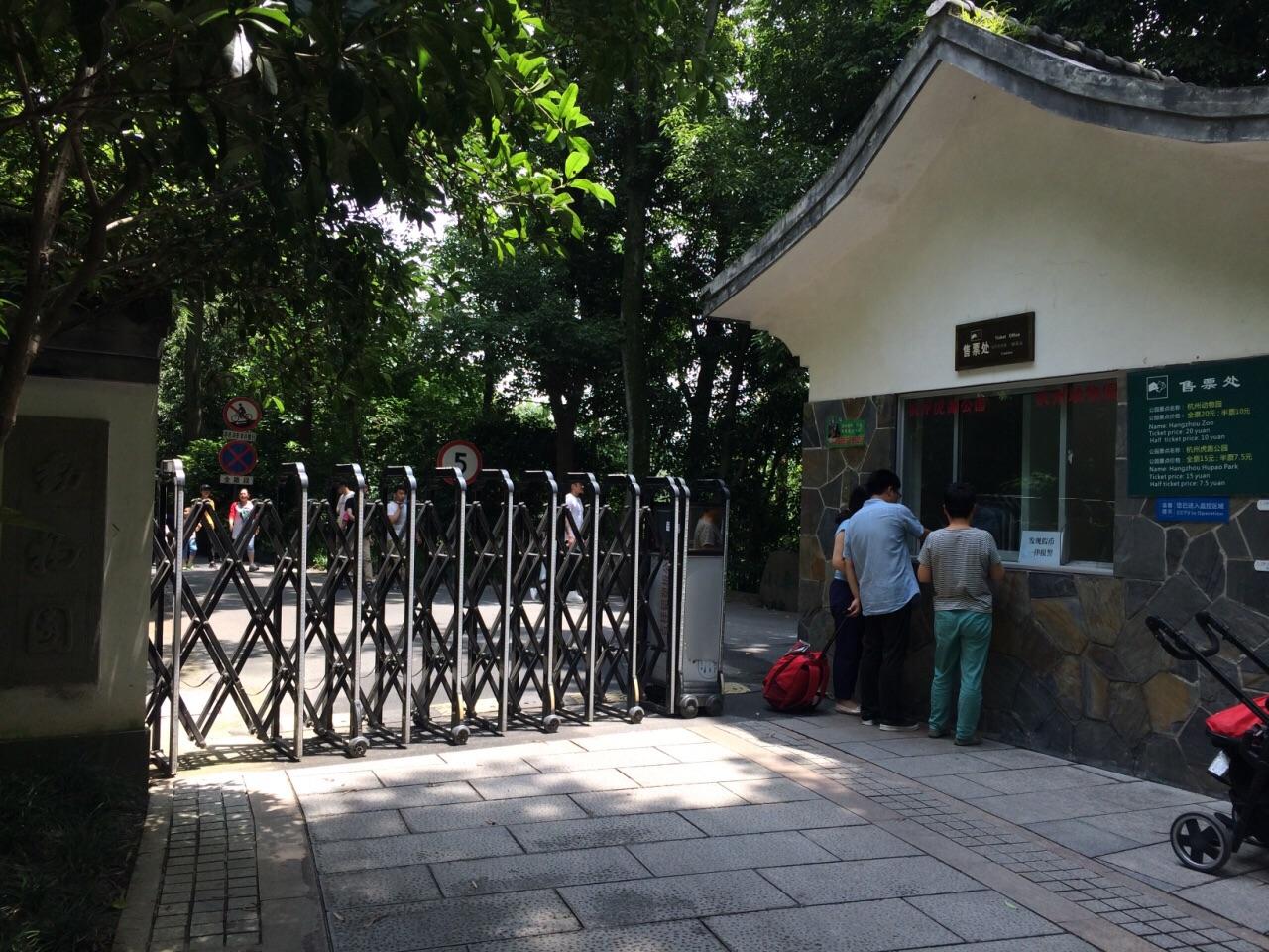 杭州动物园就在虎跑公园旁边,从虎跑公园里面有个出口可以到达动物园