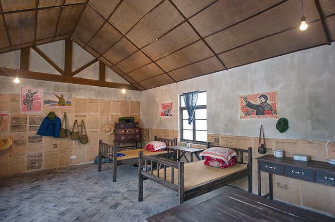 知青宿舍,简单的家具,发黄的报纸糊在墙壁上,很有年代感.图片