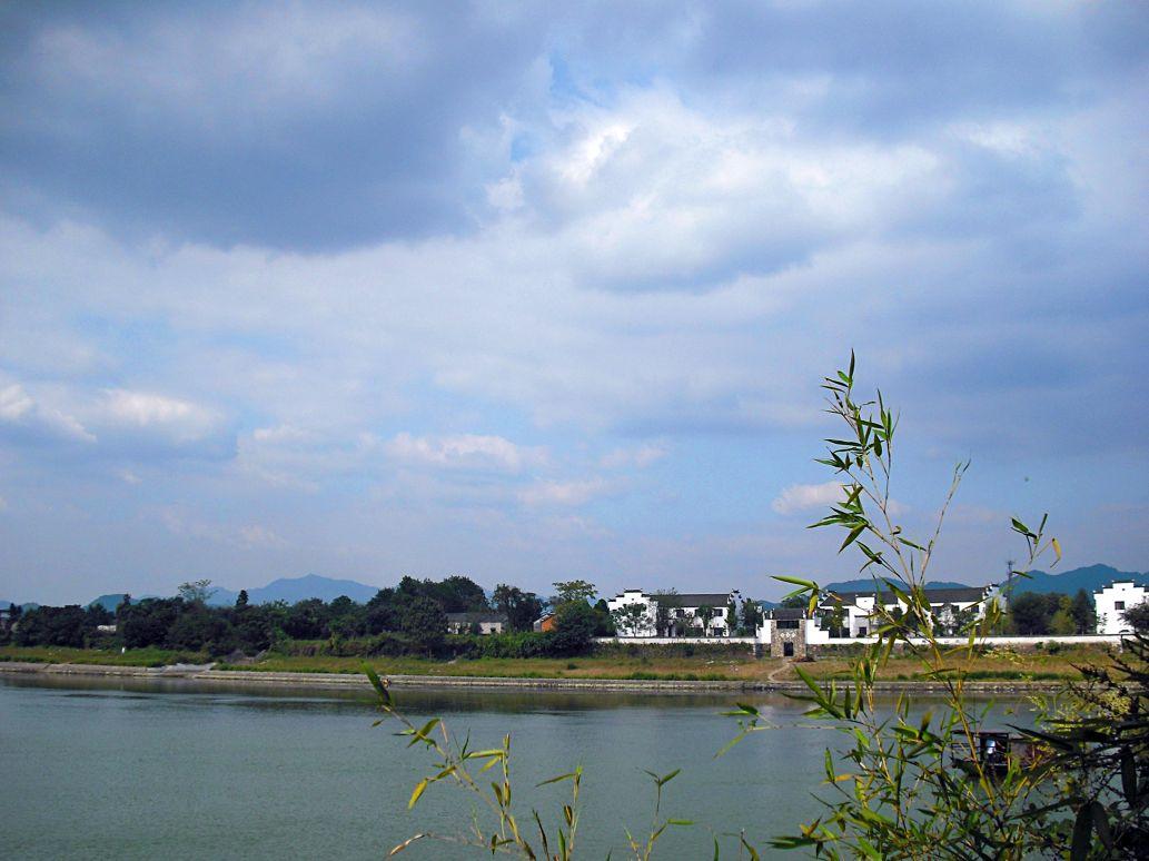 踏歌岸阁是桃花潭风景区内的一个景点,相传当年汪伦就是在这里送别