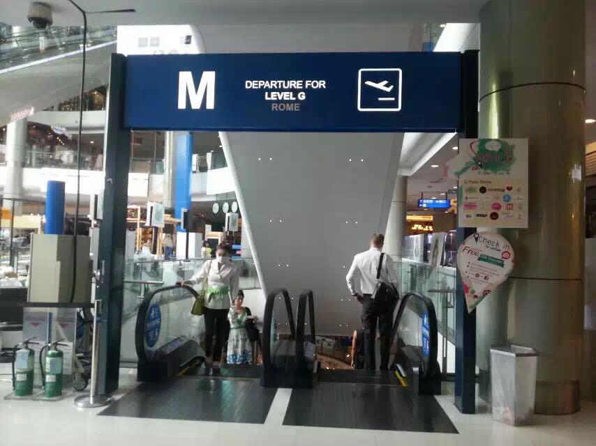 Terminal 21一定要去看看。它是一座大型综合购物商场。整个商场以机场航站楼为概念,每一层则配以不同国家城市的特色,不光是售卖的产品有地域的区别,整个装修风格,包括卫生间都非常有意思。比如一层是巴黎,二层是东京,三层就是伦敦,上去就是美国圣弗朗西斯哥 ,所以每层的厕所也按照这个城市的风格设计的。地址是Address : 2,88 Sukhumvit Soi 19(Wattana) Sukhumvit&#x20
