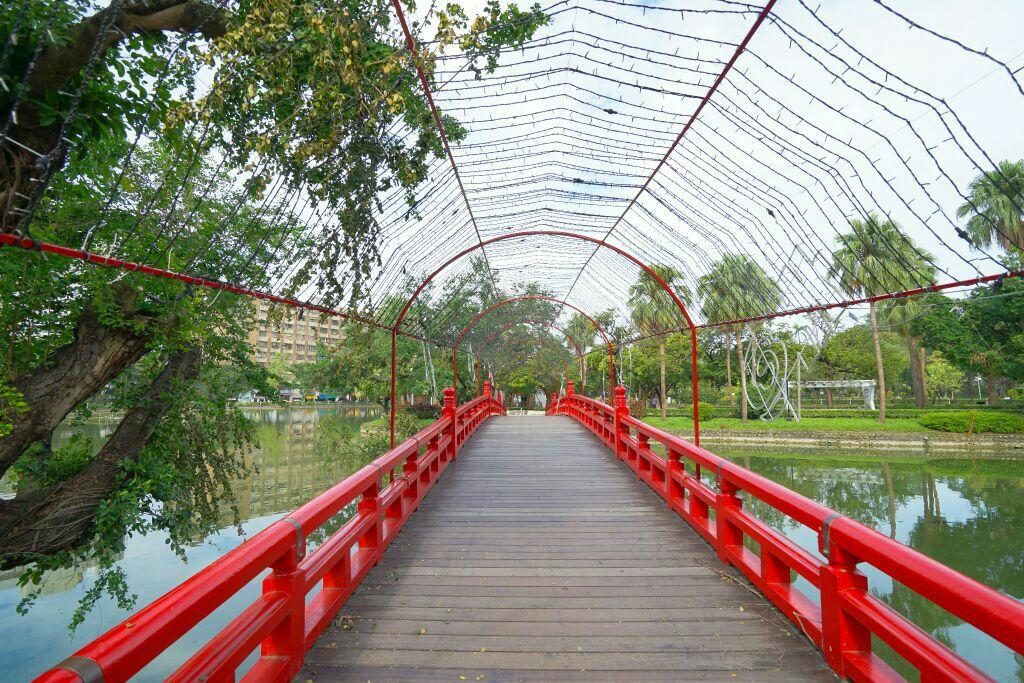台中公园是台中市历史悠久的公园,也称中山公园,一直都是台中市重要的地标。来到这里游玩可以近距离感受台湾人的生活。 公园是免费开放的,有礼拜堂、网球场以及图书馆,整个公园兼具休闲游憩、望物怀古的功能。园当中是日月湖,湖中碧波荡漾,可划船,需收费。湖心有一个小岛,长桥通岸。湖中间就是湖心亭,红瓦白墙,建于清光绪三十四年,与台中公园附近的中山桥同列为台中市定古迹。 日月湖旁边还有一座炮台山,山上有一望月亭,这是台中市旧城的北门城楼的遗迹。整个亭子的门楼四柱顶立,古朴庄重,翘首飞檐,十分壮观,门楼上方正中悬有曲奏