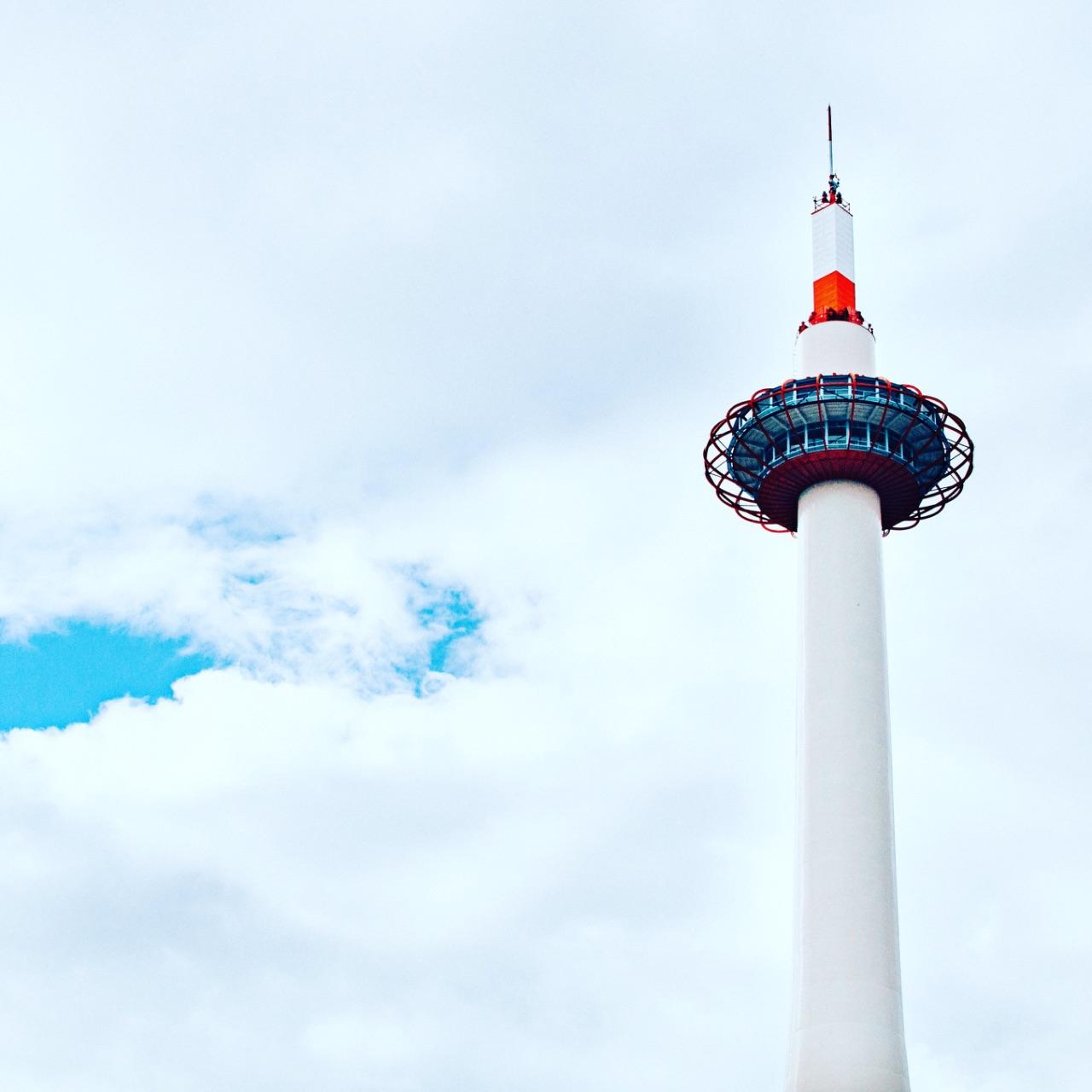 京都塔总高131米,由建筑师山田守操刀,结构部分则是由京都大学工学部