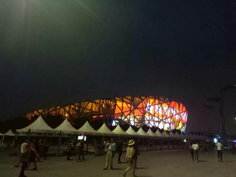 国家体育场(鸟巢)位于北京奥林匹克公园中心区南部,为2008年北京奥运会的主体育场。工程总占地面积21公顷,场内观众坐席约为91000个。举行了奥运会、残奥会开闭幕式、田径比赛及足球比赛决赛。奥运会后成为北京市民参与体育活动及享受体育娱乐的大型专业场所,并成为地标性的体育建筑和奥运遗产。