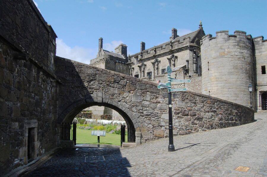 斯特灵城堡位于斯特灵老城的悬崖上,这里以前是苏格兰国王的王宫.