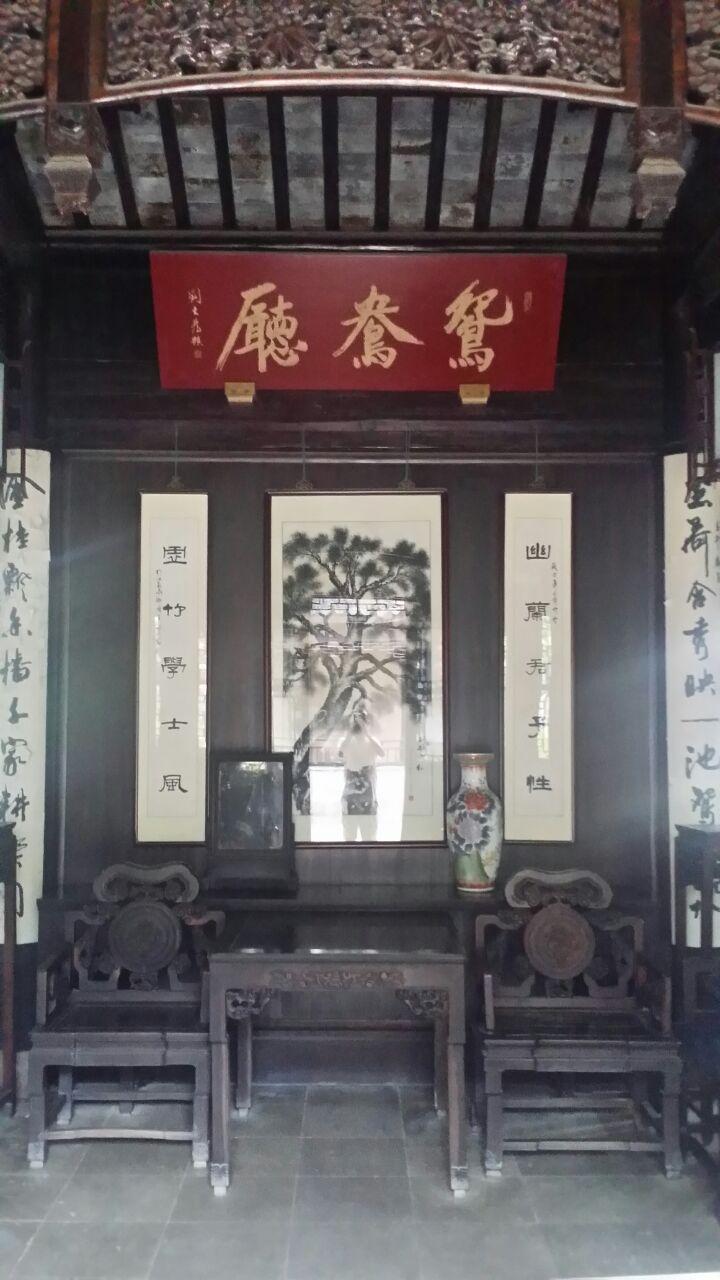 庭院建筑内现布展有个人的根雕艺术品展.