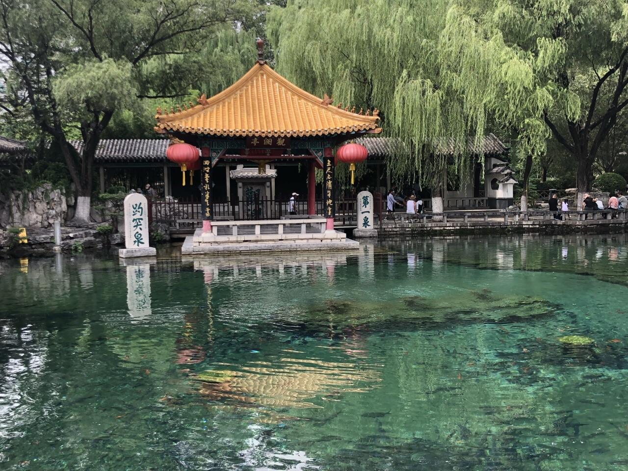 位居济南七十二名泉之首,被誉为天下第一泉,也是最早见于古代文献的济南名泉。位于济南市中心区,趵突泉南路和泺源大街中段,南靠千佛山,东临泉城广场,北望大明湖。趵突泉是泉城济南的象征与标志,与济南千佛山、大明湖并称为济南三大名胜。趵突泉公园始建于1956年,其名胜古迹,文化内涵极为丰富,是具有南北方园林艺术特点的最有代表性的山水园林之一趵突泉水分三股,昼夜喷涌,水盛时高达数尺。所谓趵突,即跳跃奔突之意,反映了趵突泉三窟迸发,喷涌不息的特点。趵突不仅字面古雅,而且音义兼顾。不仅以趵突形容泉水跳跃