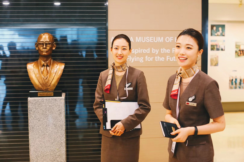 韩亚航空空姐_客舱乘务礼仪培训  图:漂亮的韩亚航空空姐  怎样面对乘客,怎样鞠躬