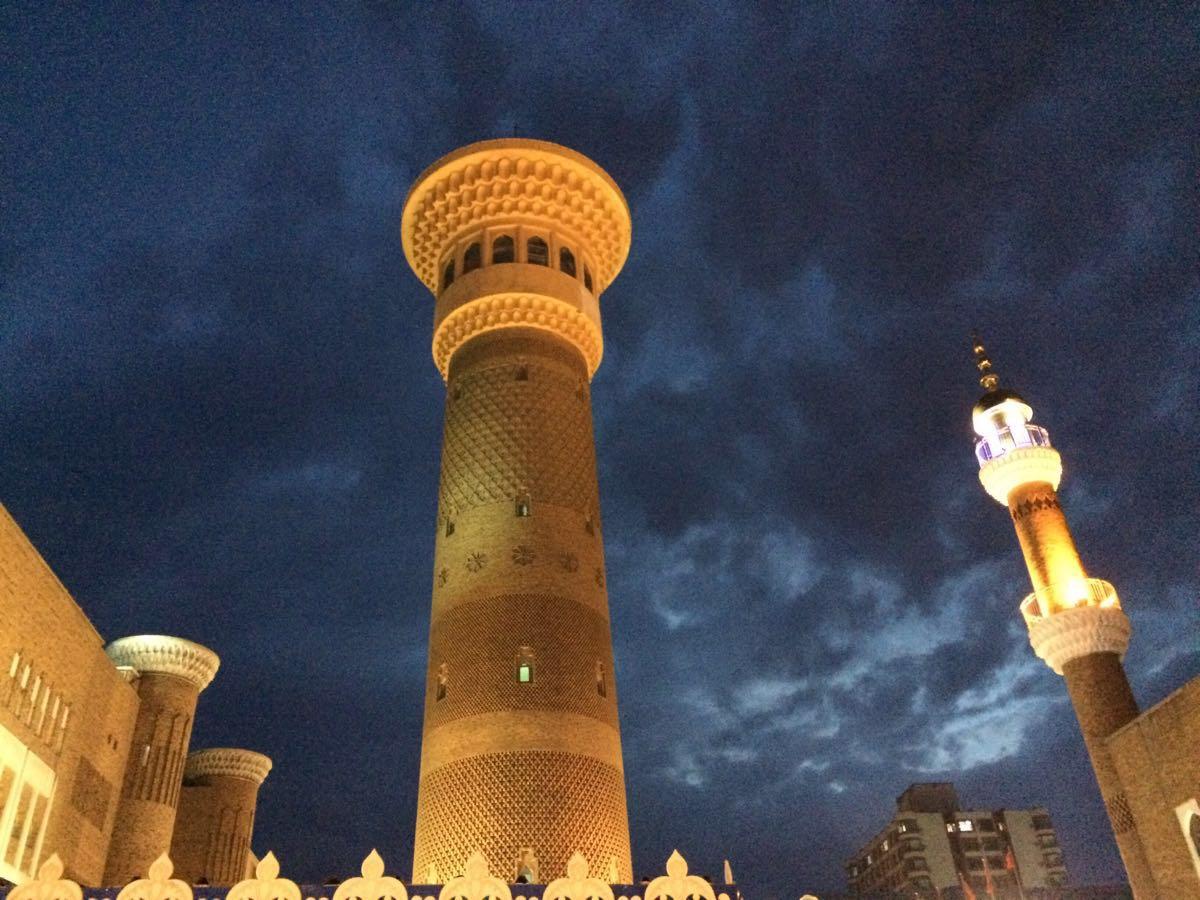 --新疆国际大巴扎是目前全国最大的巴扎集市,极具伊斯兰风格。 --大巴扎最著名的景点是广场中心高约100米的丝绸之路观光塔,塔内各层都有彩绘和展览,展示丝绸之路的历史故事,登上塔顶还能俯瞰周围的城市风光。 --广场的南侧是一个清真寺,每天都会响起几次宣礼的读经声,伊斯兰风格浓郁。