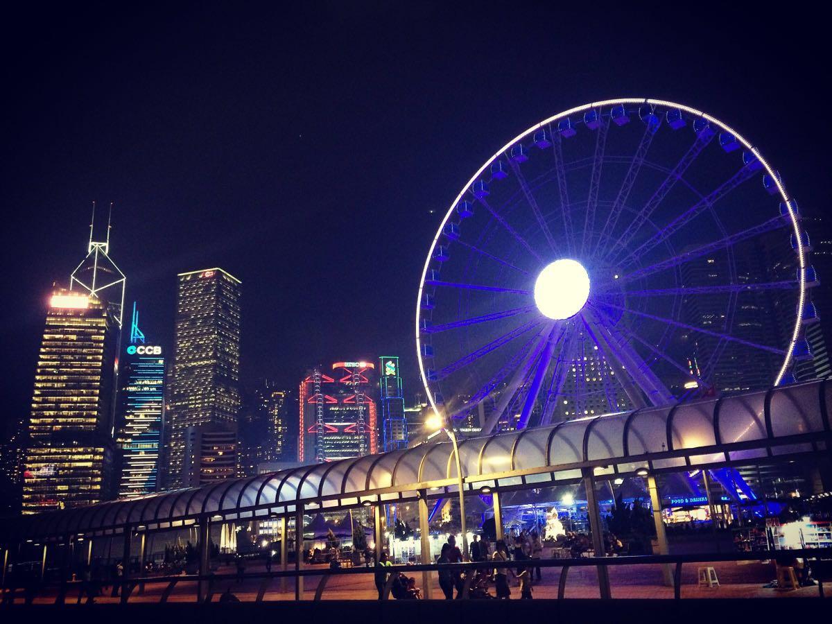 香港地標了現在,情侶基本都會去坐,位置在中環碼頭,我是從海港城的碼頭坐渡輪過去的,所以走過去不遠,一眼就能看到紫色的摩天輪,晚上看很漂亮,港幣100元一個人,提前網上訂80左右人民幣,其實和港幣也差不多,所以直接去買票,坐一次大概20分鐘左右,它會轉3圈才讓你下來,轉得挺快的,但會在最高處停留一下讓你拍拍照,可以夜觀維港的景色十分美,沒坐過的絕對推薦過來嘗試。