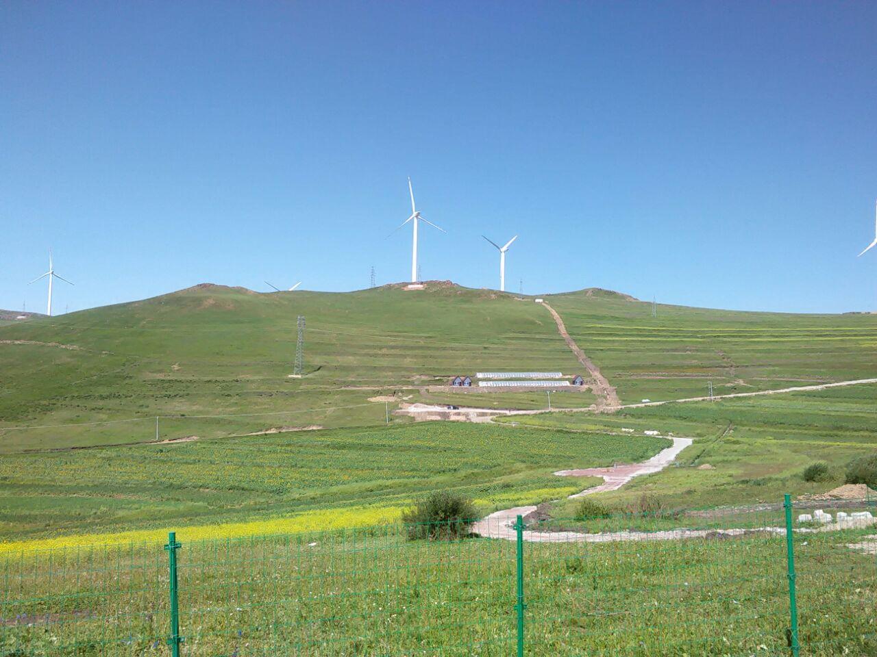东至崇礼县桦皮岭处,是连接崇礼滑雪区,赤城温泉区和张北草原风景区的