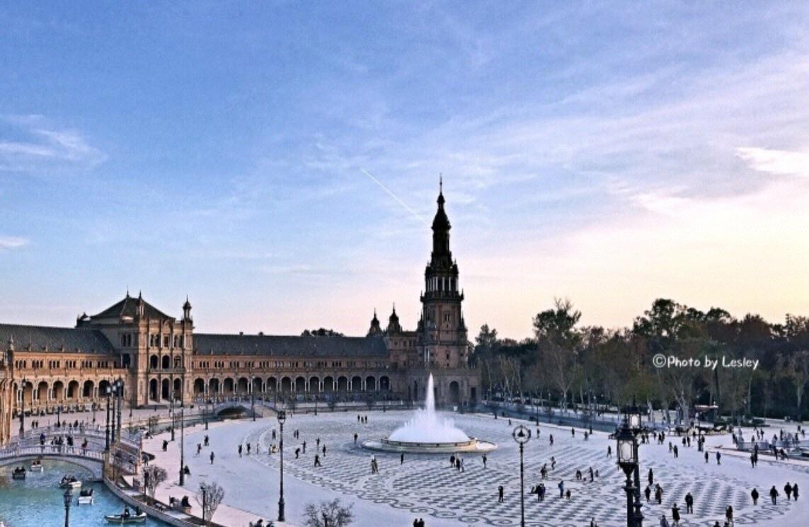 一大片半圆形的庞大古典建筑群,开阔的空地,斑斓的马赛克壁龛,喷泉