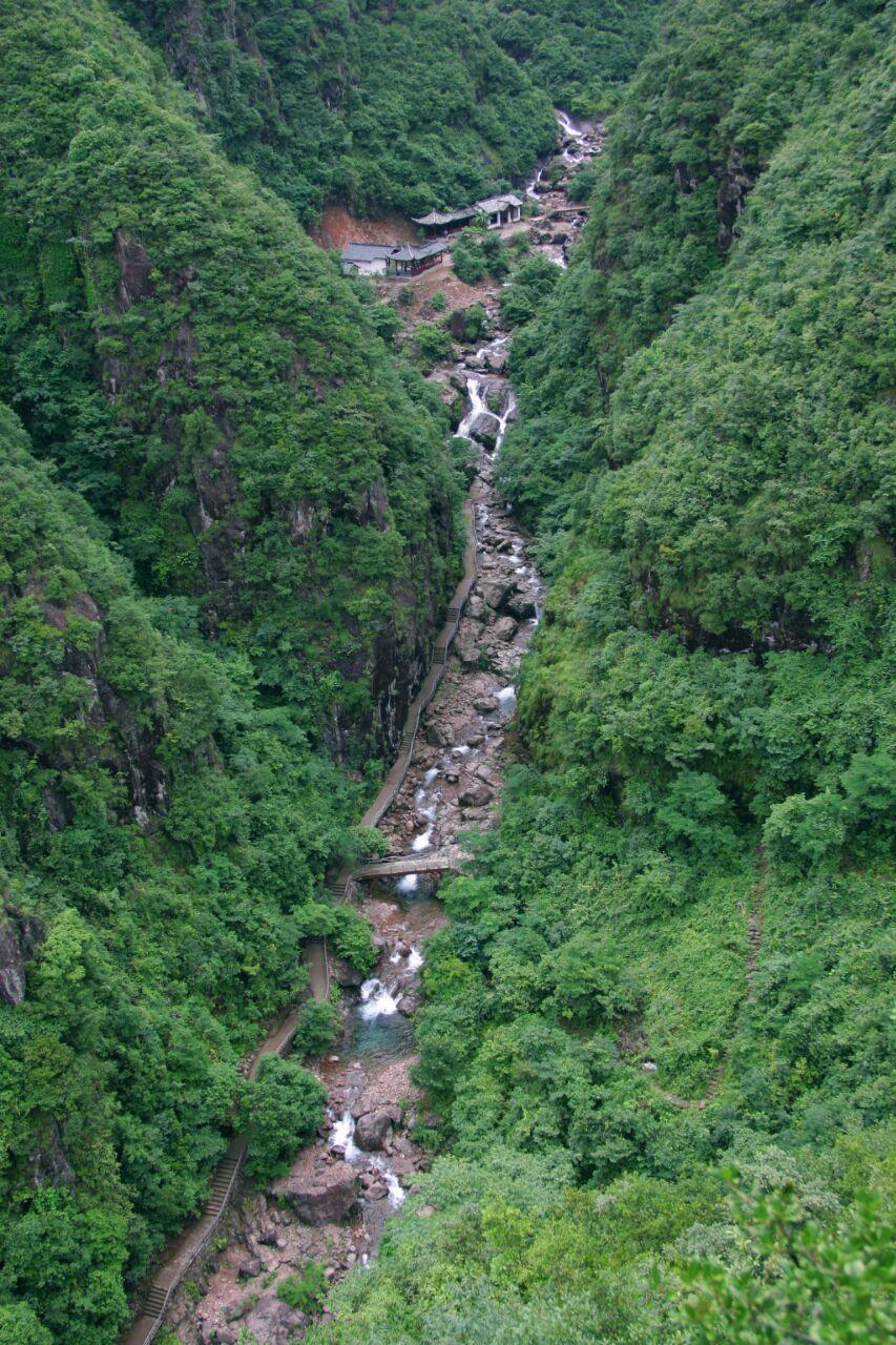 经过衢江,绕过几个小山头,一路风景很好,很快来到景区门口,景区门口卖