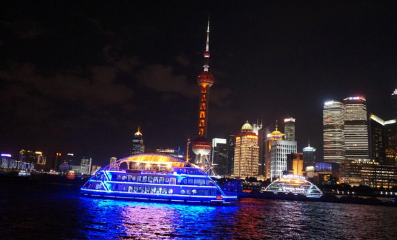 外滩位于上海市中心区的黄浦江畔,它是上海一道亮丽的风景线.
