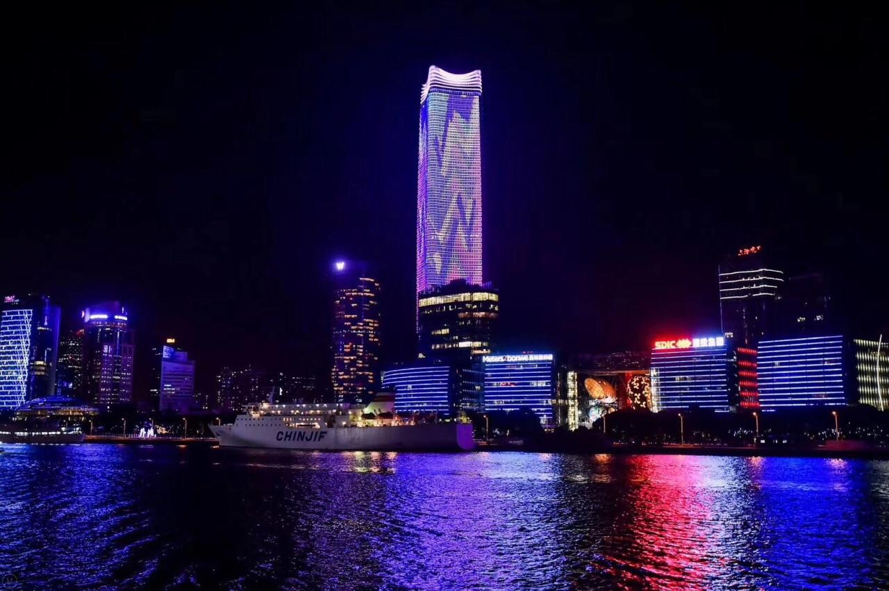 外滩(the bund),位于上海市中心区的黄浦江畔,它是上海最靓丽的风景线