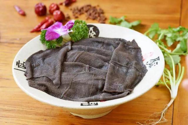 从屠宰场直接运过来的鲜毛肚,黑色就是它原来的颜色~超级大块!
