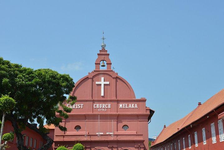 马六甲基督教堂位于马六甲的红屋广场,一进马六甲就可以看到的。马六甲教堂非常多,但是这个教堂的地理位置绝佳,再加上外墙颜色亮眼,所以当之无愧成为了马六甲的地标之一,也是旅行者必来留念的地方。 基督教堂建于1753年,是荷兰式建筑风格,是当年的荷兰人为纪念殖民马六甲100年而兴建的。教堂的外墙是鲜艳的红色,但是一进去就还是会感觉到庄严的气氛。教堂内的手工制作靠背长椅,距今已有两百年的历史。除此之外,教堂内天花板横梁是以树干建成。其他有历史感的还有教堂内的黄铜圣经架,写有荷兰文碑铭的地板,和瓷砖拼成的