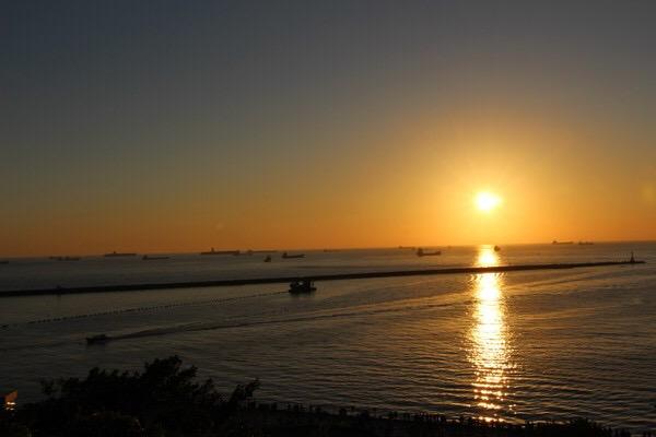 西子湾位于高雄西隅,隔海峡与旗津岛相望,是一个风景天成的湾澳,北段