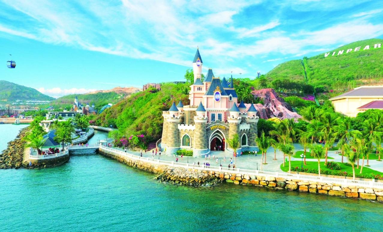 芽庄珍珠岛游乐园是一个拥有动物园,主题公园和水上公园的岛屿.