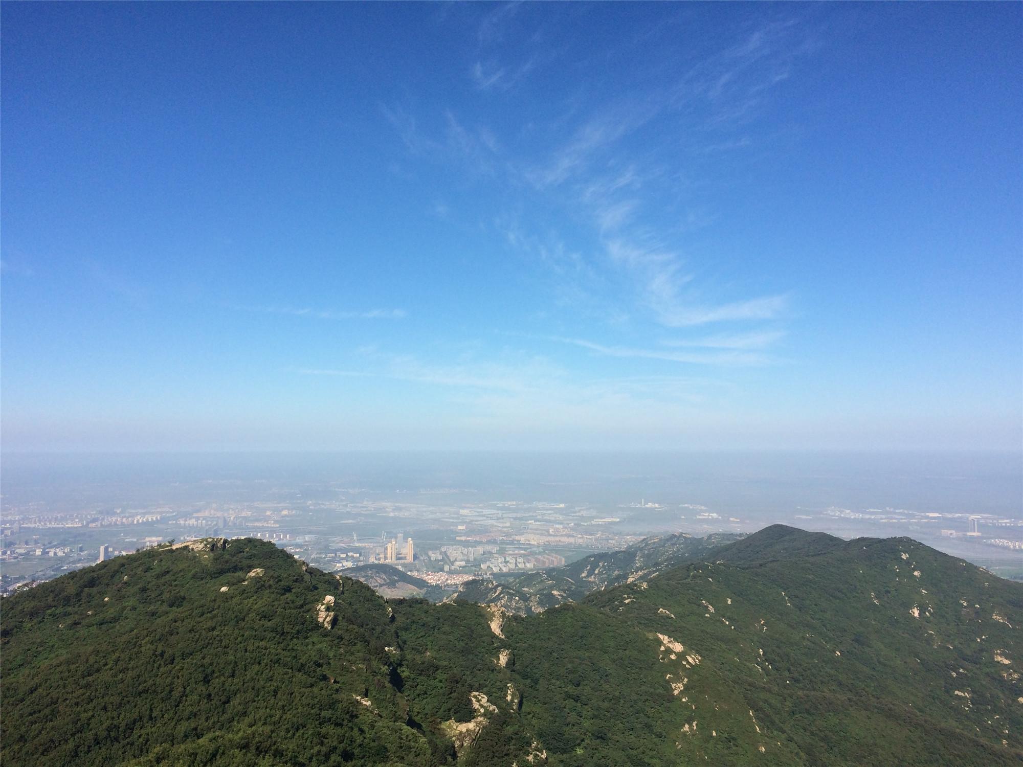 玉女峰是花果山的最高峰,也是江苏省的最高峰,海拔624.4米。无论日出还是日落,这里都有极佳的观赏角度。最为舒适和欣慰的是,游客乘坐旅游专线车便可以直达玉女峰的观景台,步行1分钟便可抵达山峰最高点。在花果山,所有游客都可以轻松登顶,不留遗憾。日落时分,第一次登临玉女峰巅。夏末的炎热在这山顶没了踪影,只有凉风阵阵的清新之感。临风远眺,山下是繁华的城市,远处是波光粼粼的海面,景色浩瀚,顿.