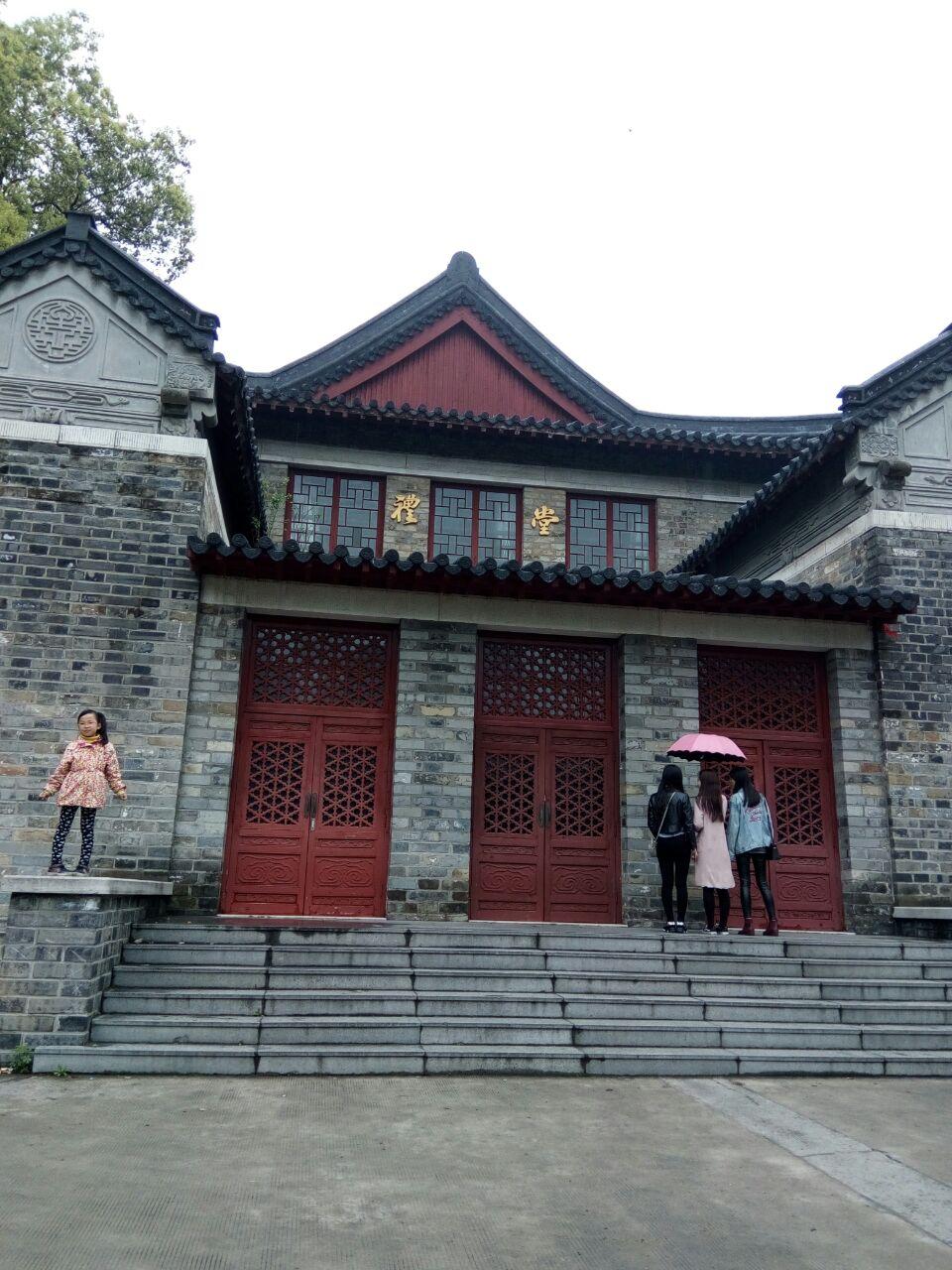 南京大学(Nanjing University),简称南大,是教育部直属、中央直管副部级建制的全国重点大学,国家首批双一流、211工程、985工程高校,首批珠峰计划、111计划、2011计划、卓越计划实施高校,也是九校联盟、中国大学校长联谊会、环太平洋大学联盟、21世纪学术联盟和东亚研究型大学协会成员。南京大学是中国第一所集教学和研究于一体的现代大学,其学脉可追溯自孙吴永安元年(258年)的南京太学,近代校史肇始于1902年筹办的三江师范学堂,先后历经多