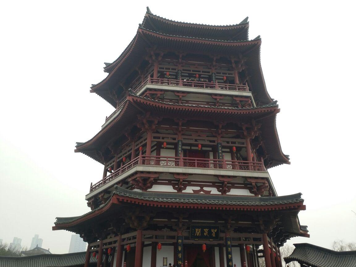 这里是一组仿唐建筑,其中望春阁正是仕女馆的所在地.