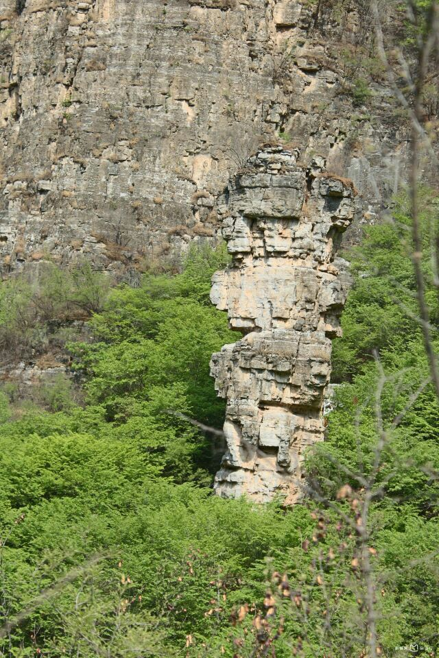 位于十渡风景名胜区七渡村南,因三座孤立的山峰而得名.